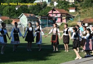 Ulepšale fudbalsku svečanost Folklor osnovne škole na terenu Grdelica,nedelja 25.jun 2017