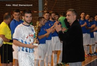 Treća Futsal liga,1.kolo Direktor Lige Sreten Vasić sa Leskovčanima Pehar FS RIS za prvo mesto u prethodnoj sezoni. Leskovac,06.10.2017.godine