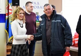 Donacija FSJO za FK Kumarevo 65. Loptu uručila Brankcija Stamenković, član Gradskog veća za sport i omladinu.