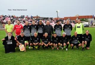 Memorijalna revija veterana. Dubočica-Partizan 3:2(0:1). Tim Partizana sa funkcionerima domaćina. Leskovac,22.maj 2018.godine.