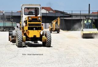 Radovi na pripremi podloge u završnoj fazi. Teren sa veštačkom travom za fudbalsku budućnost. Leskovac,12.o6.2018.godine.