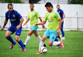 Finale Kupa FSJO. Marković(9) i Mitrović napadaju gol Moravca Orion. Leskovac,16.jun 2018.godine.