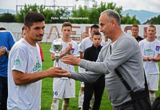 Pehar I finalisti,FK Moravac Orion. Komesar Goran Nedeljković uručuje priznanje. Leskovac,sreda,05.06.2019.godine.