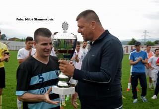 Pehar pobedniku Kupa,FK Sloga. Predsednik FSJO Saša Starčević i kapiten Zdravković. Leskovac,05.06.2019.godine.